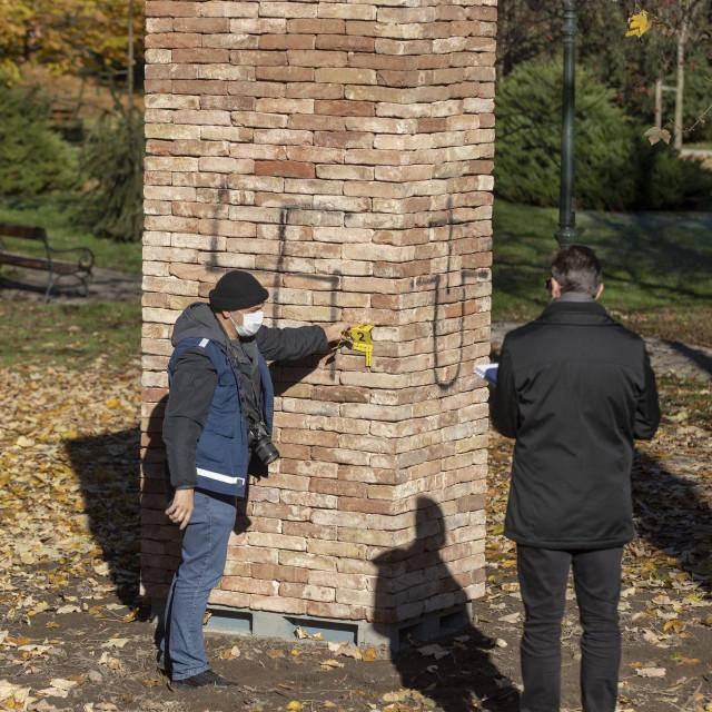 Skrnavljenje spomenika žrtvamaholokausta u Varaždinu na kojem je nacrtan kukasti križ i ustaški znak