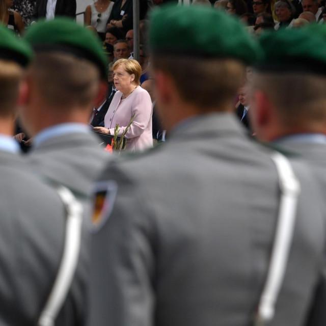 Njemački vojnici i Angela Merkel