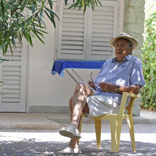 Glumac ispred svoje vikendice na Jadriji gdje je provodio ljeto