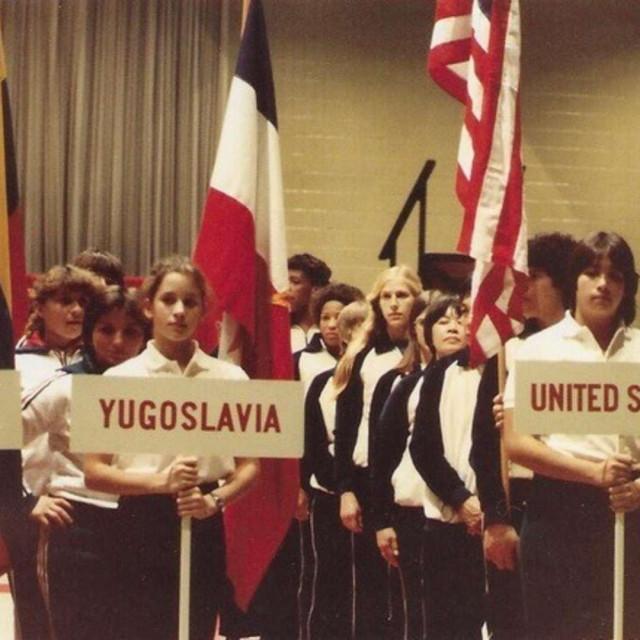 Slavica Saraja - prva iza djevojke s natpisom Jugoslavija