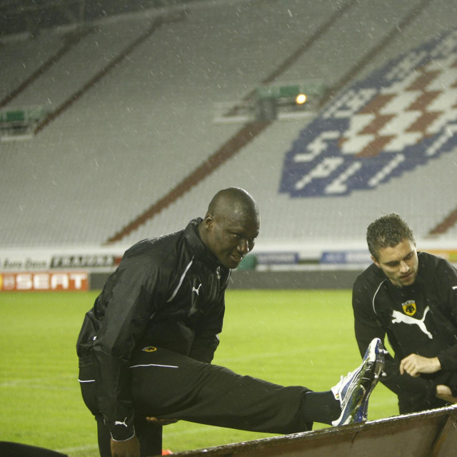 Prvi s lijeve strane Papa Bouba Diop, 2010. godine u dresu AEK-aprije utakmice Europske lige s Hajdukom<br />