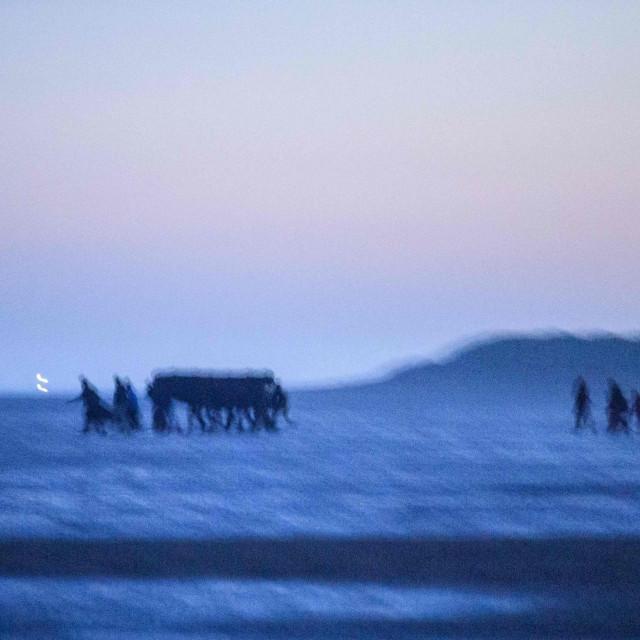 Migranti na plaži kod Dunkirka
