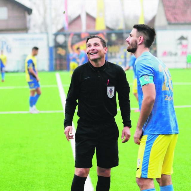 Uoči početka utamice lica su još bila nasmijana - Vedran Dalić (BSK, lijevo), sudac Josip Dugandžić i Tomislav Mazalović, kapetan Intera