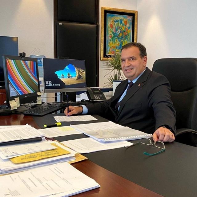 Vili Beroš u svom uredu