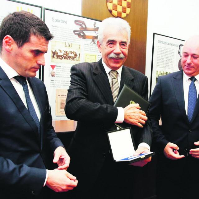 Nikola Plećaš (u sredini) snimljen u studenom 2019. na dodjeli Državne nagrade za sport Franjo Bučar.