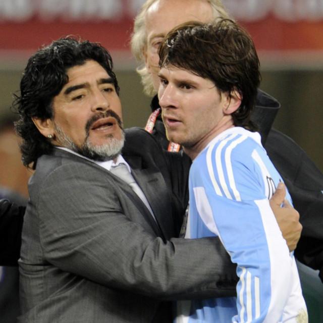 Zagrljaj Maradone i Messija na SP-u 2010.