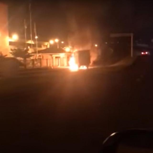 Paljenje automobila na ulicama Criciume