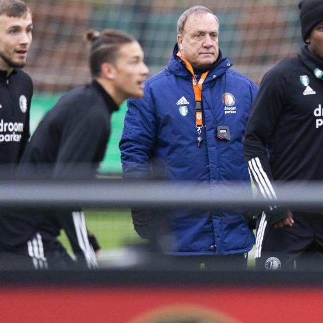 Feyenoordov trener Dick Advocaat s preostalim igračima na treningu uoči Dinama