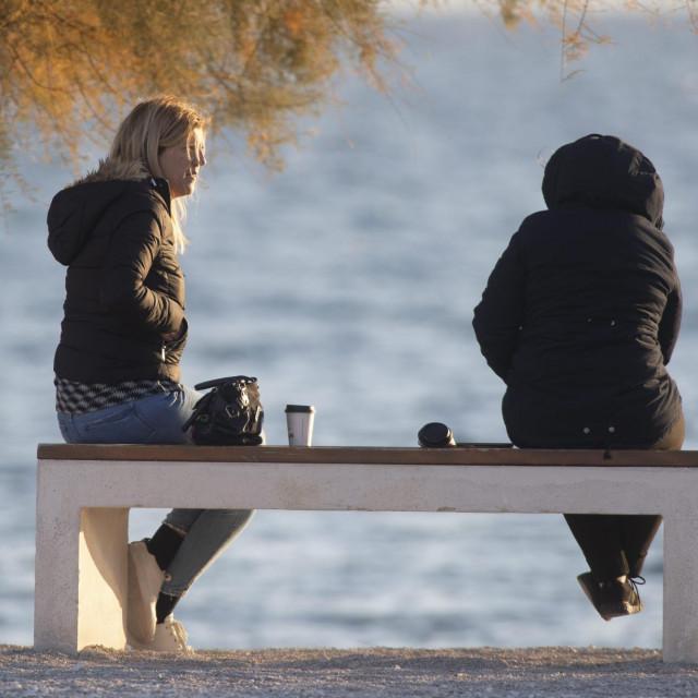 Omiljene navike Splićana kao što su šetnja i ispijanje kave nisu omele ni jaka bura ni epidemiološke mjere. Na splitskim Kavalama podno Bačvica tražilo se najbolje mjesto kako bi se uživalo u zalasku sunca uz omiljenu kavu ili pokoje piće.<br /> Unatoč burnom i prohladnom poslijepodnevu građani su proveli slobodno vrijeme u zavjetrini splitske rive.<br /> Osim šetnje u doba korone, građani na splitskoj rivi prakticiraju različite načine transporta kao što su bicikli, role, i romobili dok se motocikli moraju gurati kroz pješačku zonu.