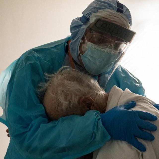 Zagrljaj dr. Josepha Varona i pacijenta
