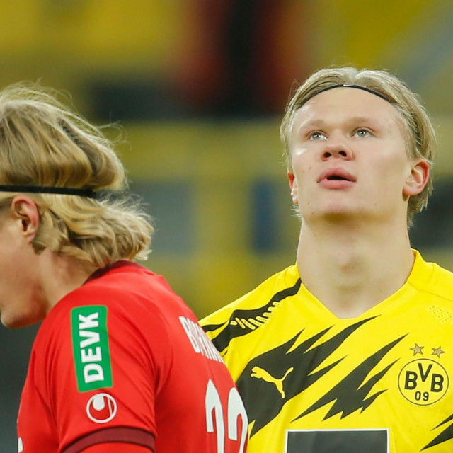 Dortmund's Norwegian forward Erling Braut Haaland (R) reacts after a missed attempt on goal during the German first division Bundesliga football match BVB Borussia Dortmund v 1.FC Cologne at the Signal Iduna Park Stadium in Dortmund, western Germany, on November 28, 2020. (Photo by LEON KUEGELER/POOL/AFP)/DFL REGULATIONS PROHIBIT ANY USE OF PHOTOGRAPHS AS IMAGE SEQUENCES AND/OR QUASI-VIDEO