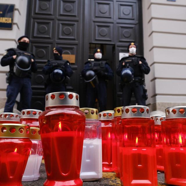 Upaljeni lampioni ispred Ministarstva financija