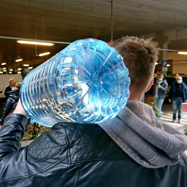 Građani moraju kupovati flaširanu vodu / Ilustracija<br />