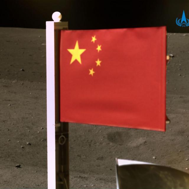 Kineska zastava na Mjesecu
