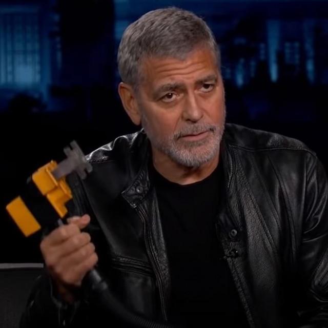 George Clooney demonstrira kako se koristi Flowbee