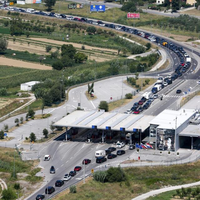 Nekadašnje gužve na prijelazu Kaštel (ilustracija)