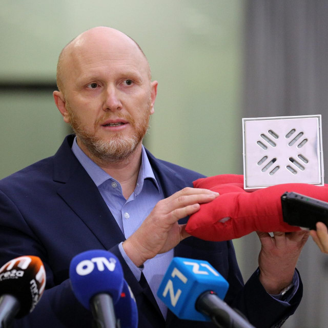 Renato Petek pokazuje sifon plaćen 44.000 kuna