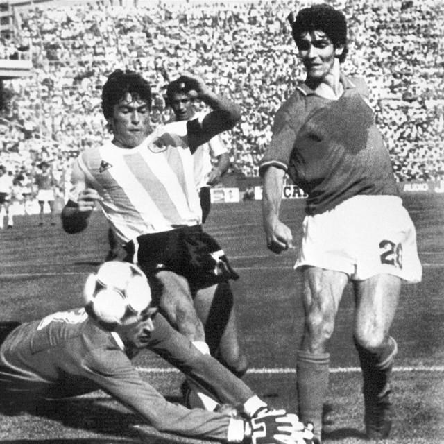 Ubaldo Fillol (dolje) i Daniel Passarella (lijevo) sprečavaju Rossija (desno) da zabije