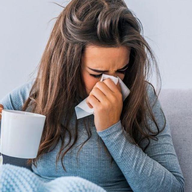Liječenje gripe podrazumijeva boravak kod kuće kako ne biste širili zarazu, zatim mirovanje i najvažnije: unos puno tekućine
