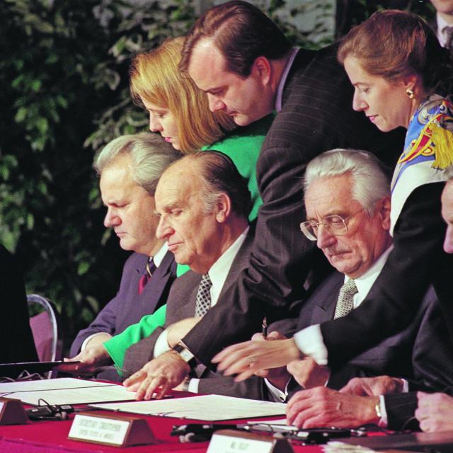 Slobodan Milošević, Alija Izetbegović, Franjo Tuđman i Warren Christopher na potpisivanju mirovnog sporazuma