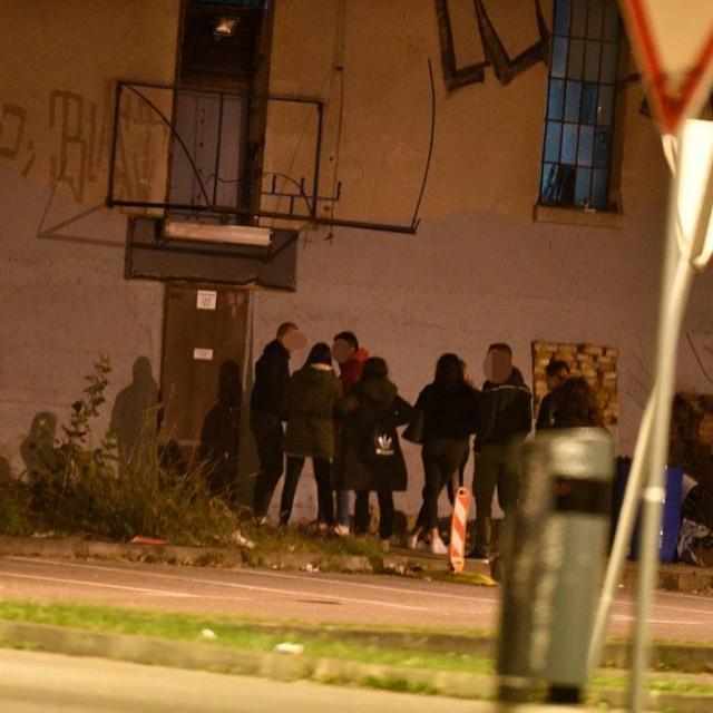 Mladi ulaze u noćni klub Paromlin
