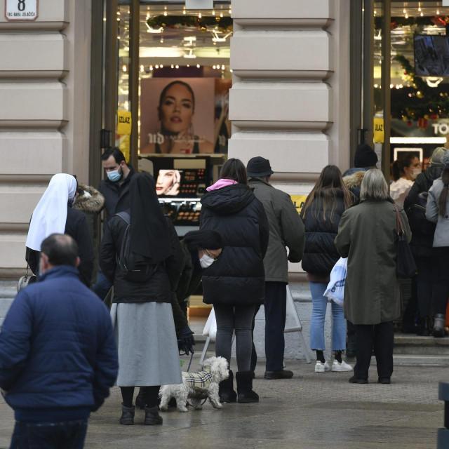 Gužve pred zagrebačkim trgovinama zbog novih mjera