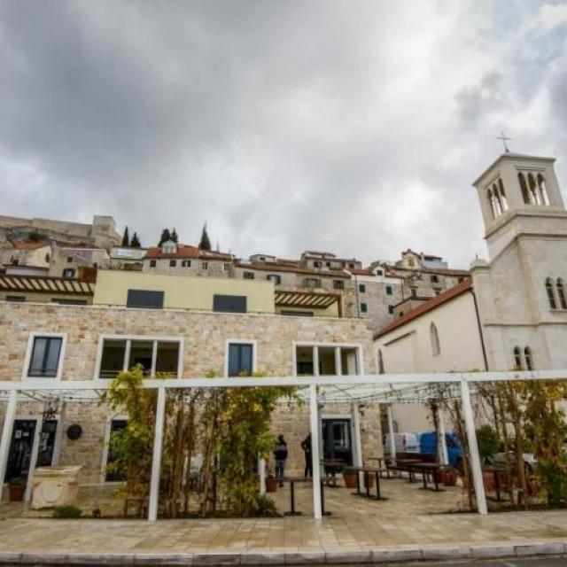 Stambena zgrada na mjestu stare peškarije u kojoj su naskuplji stanovi u Šibeniku