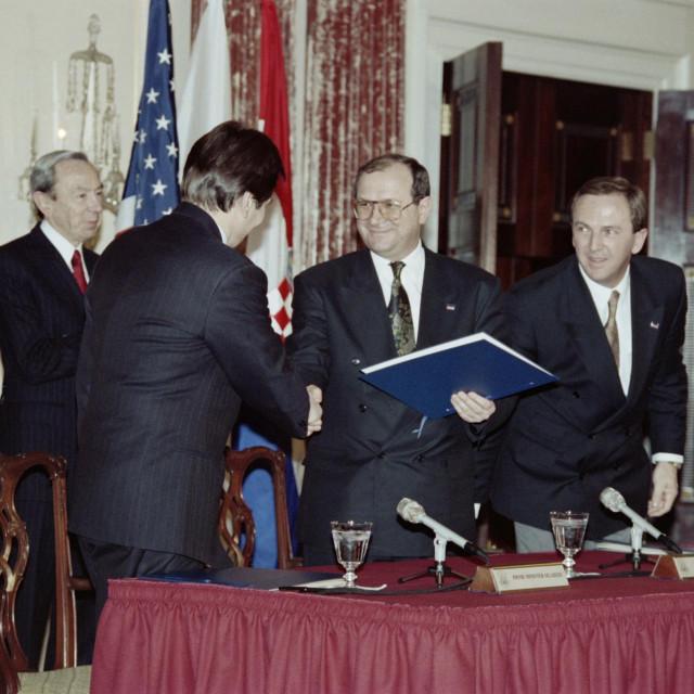 Haris Silajdžić i Mate Granić u društvu Krešimira Zubaka i Warrena Christophera tijekom potpisivanja Washingtonskog sporazuma 1994. godine