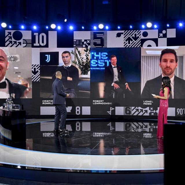 Slijeva nadesno: Čelnik FIFA-e Gianni Infantino kraj nominiranih Cristiana Ronalda, Roberta Lewandowskog i Lionela Messija tijekom ceremonije dodjele nagrada