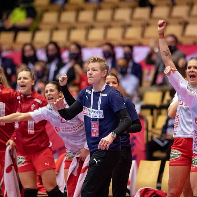 Danski izbornik Jesper Jensen s igračicama tijekom polufinala protiv Norveške
