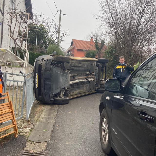 Dostavno vozilo Hrvatske pošte završilo je na boku