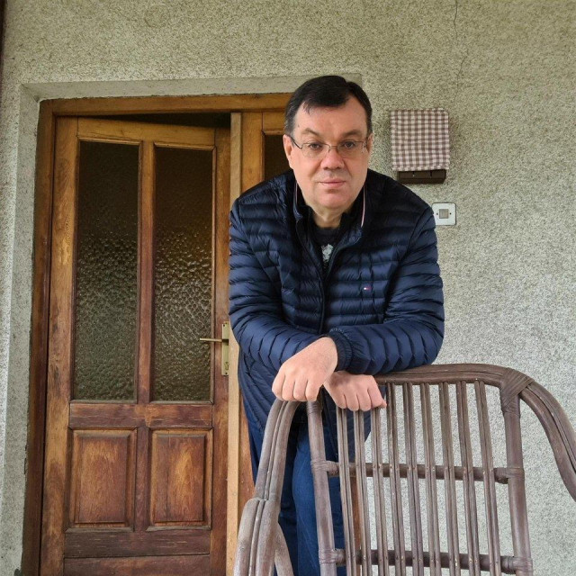 Damir Bajs izađe na terasu kuće svoje pokojne majke kada mu dosadi zatvoren prostor i zaželi se svježeg zraka