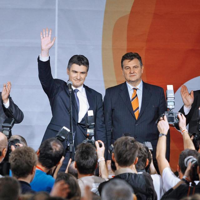 Večer izborne pobjede SDP-ove koalicije u prosincu 2011. – na pozornici su trijumfalni Milanović, Čačić i ostatak Kukuriku-ekipe