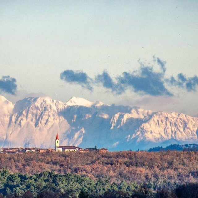 Pogled iz Brtonigle na Alpe