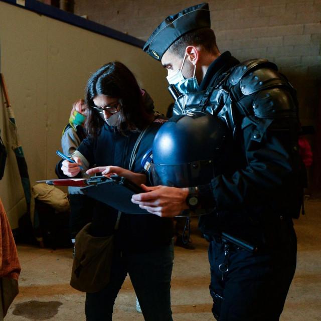Policija prekida ilegalni rave party