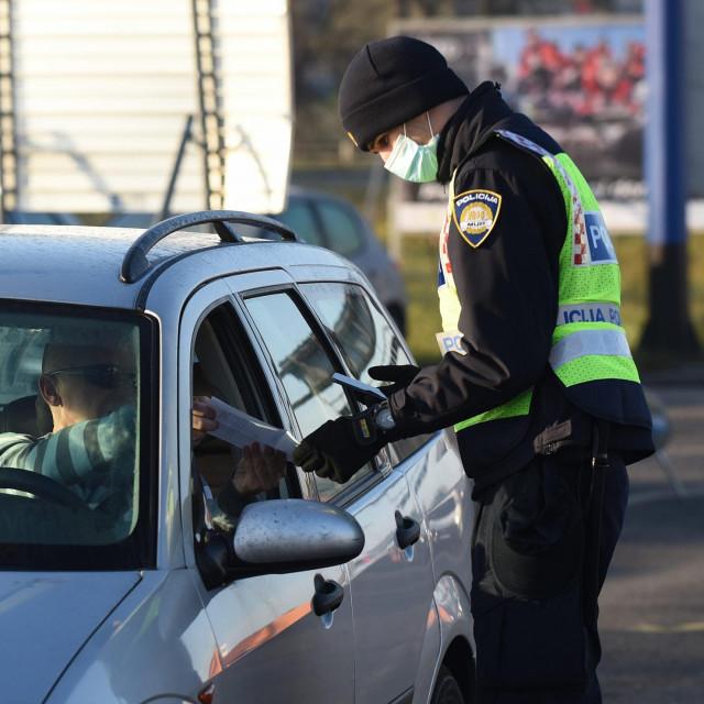 Policija kontrolira propusnice