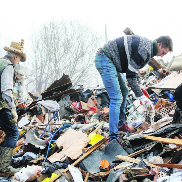 Čišćenje ruševina u Majskim Poljanama