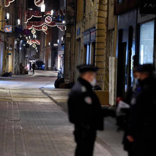 Policija na pustim ulicama u Metzu na istoku Francuske