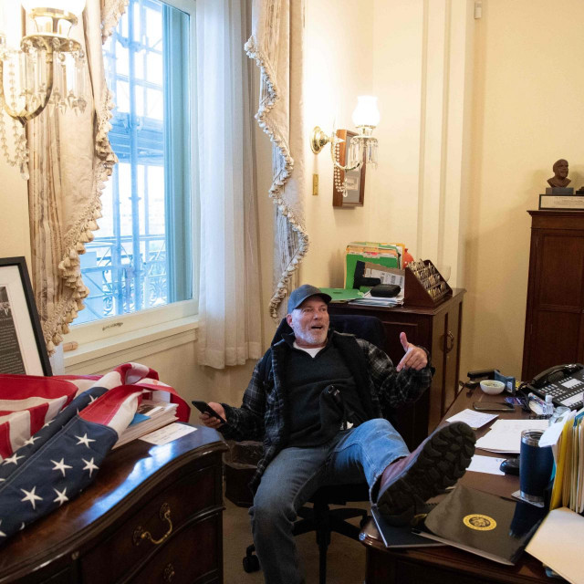 Pristalica Donalda Trumpa u uredu Nancy Pelosi
