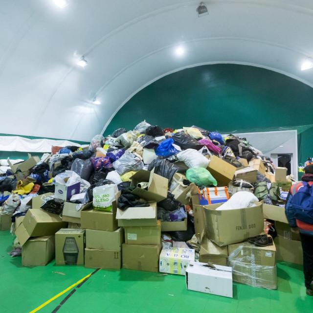 Na fotografiji: gomila skupljene pomoći stradalima od potresa.<br />