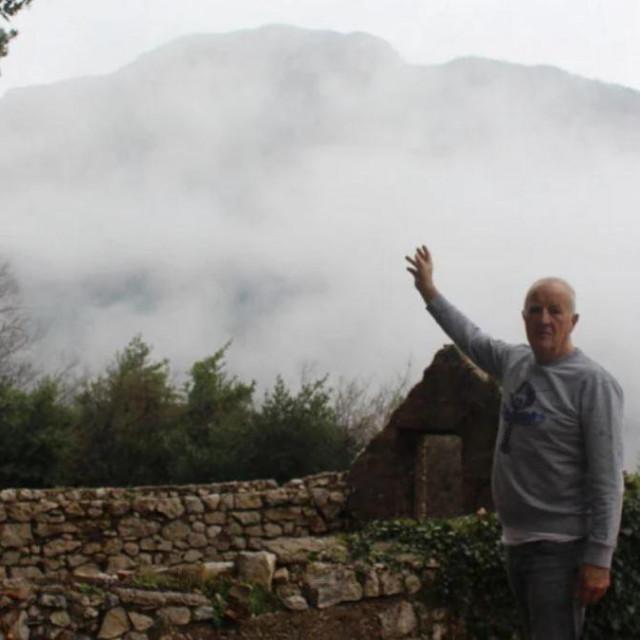 Tonći Despot pokazuje vrh Biokova odkuda su se kotrljala kamenja na Makarsko primorje
