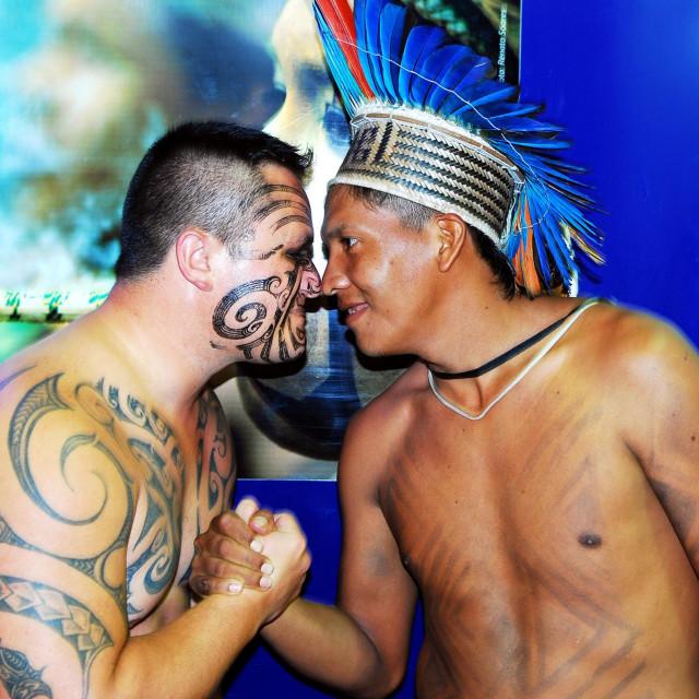 Maori prakticiraju pozdrav hongi: dvije osobe spoje ruke, noseve i čela i dišu