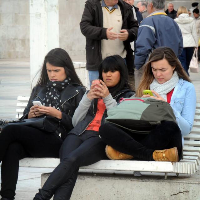 Split, 210115.<br /> Trend upotrebe napredne tehnologije u svakodnevnom zivotu umanjio je komunikaciju izmedju ljudi zbog cega mladi vise provode vremena s mobitelom u ruci nego u razgovoru s drugima.<br />