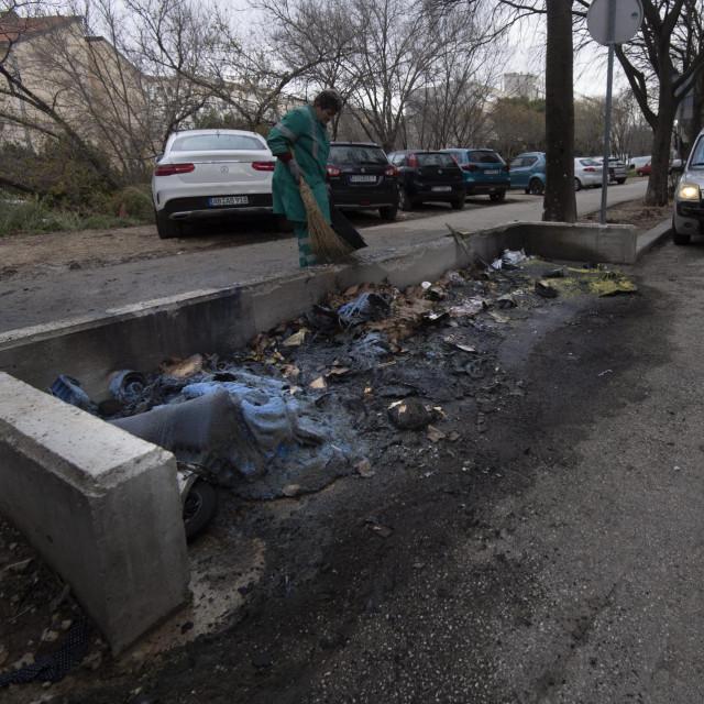 U Jobovoj ulici noćas su gorjeli kontejneri, a požar je zahvatio i tri automobila.