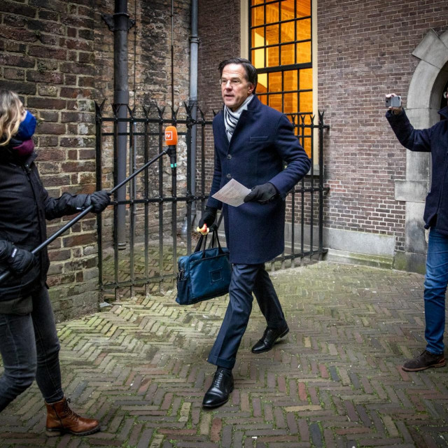 Dutch Prime Minister Mark Rutte is surrounded by the press as he arrives before the Council of Ministers at the Binnenhof in The Hague on January 15, 2021, where the ministers are meeting to discuss the political consequences of the benefits affair. (Photo by Remko de Waal/ANP/AFP)/Netherlands OUT