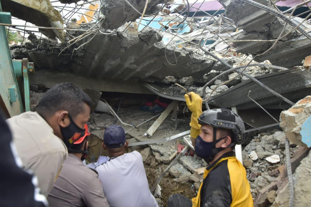 PACIFIČKI 'VATRENI PRSTEN'! Razoran potres pogodio Indoneziju: Srušilo se više zgrada, poginulo najmanje 35 osoba