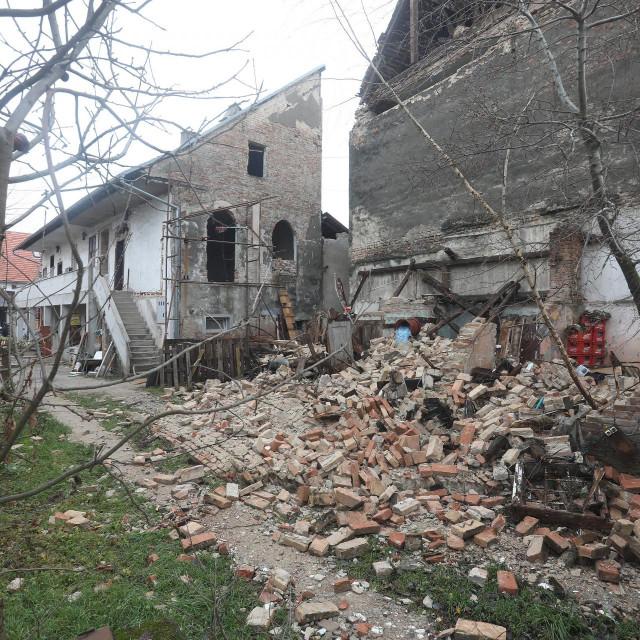 Prizor iz Siska snimljen dan nakon razornog potresa