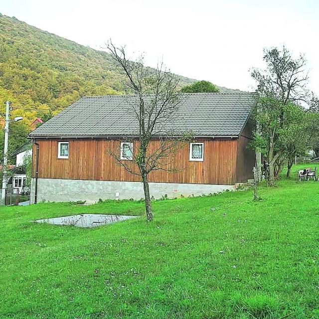 BRINJE - Stajnica, 100 m2 , okućnica 4500 m2 , 65.000 €