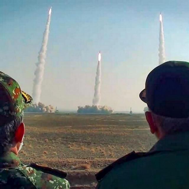 Vođa revolucionarne gardeHossein Salami (desno) gleda testiranje raketa