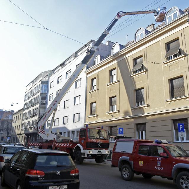 Vatrogasci saniraju krov i dimnjak zgrade u kojoj živi Zoran Milanović